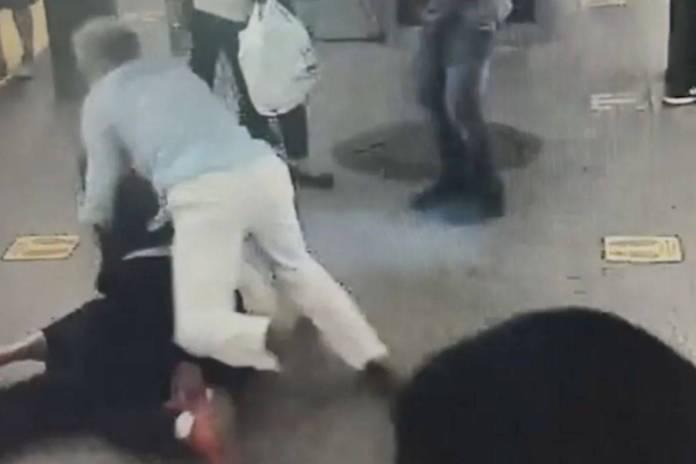 Hombre se lanza contra un agresor que apuñaló a una mujer en el metro