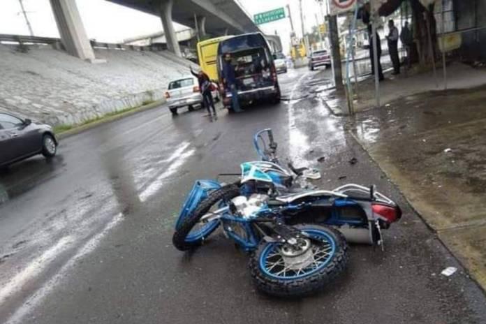 Motociclista choca y se proyecta con la parte trasera de una combi