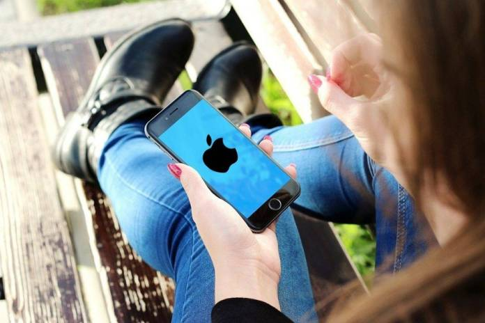 Apple pagará millones a una mujer por difundir sus fotos intimas