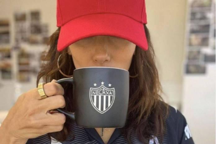 Portando jersey del Necaxa, Eva Longoria anuncia que es accionista del equipo