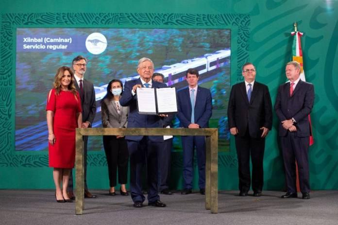 Firma AMLO contrato por 36.5 mil mdp para Tren Maya; generará 11 mil empleos