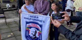 Beatriz Gutiérrez visita escuela en Costa Rica, estudiantes le agradecen