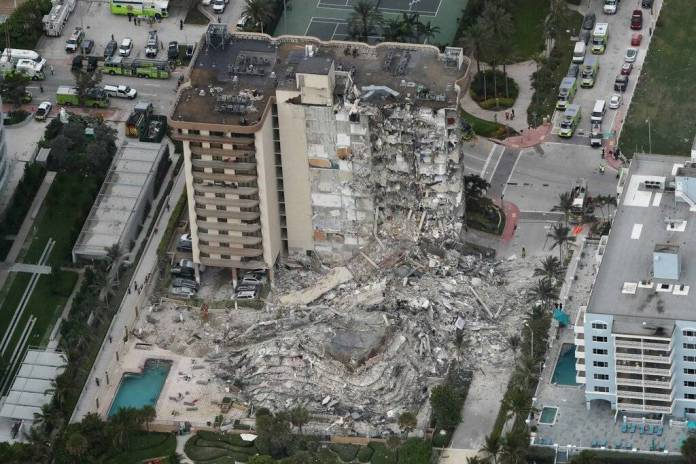 Suman 18 los fallecidos tras colapso de torre en Florida, EU