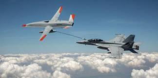 Dron abastece combustible a un avión militar en pleno vuelo