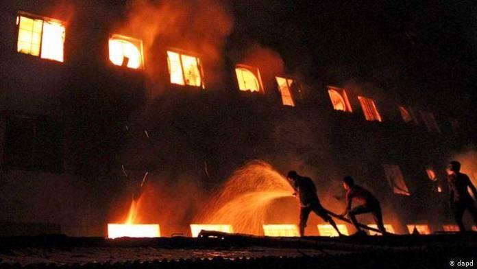 16404047 303 - 49 personas murieron por incendio en fábrica en Bangladesh