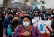 Guatemaltecos bloquean carreteras, piden la destitución del presidente Giammattei