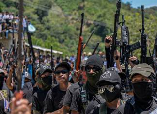 """Integrantes de las autodefensas """"El Machete"""" queman casas y carros en Pantelhó, exigen que se cumplan sus demandas."""