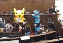 Asambleísta se disfraza de Pikachu durante debate en el Congreso