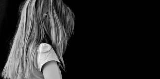 Niña de 10 años se suicida en el patio de su casa