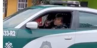 Video: Captan a policias de la CDMX tomando una 'michelada' dentro de patrulla