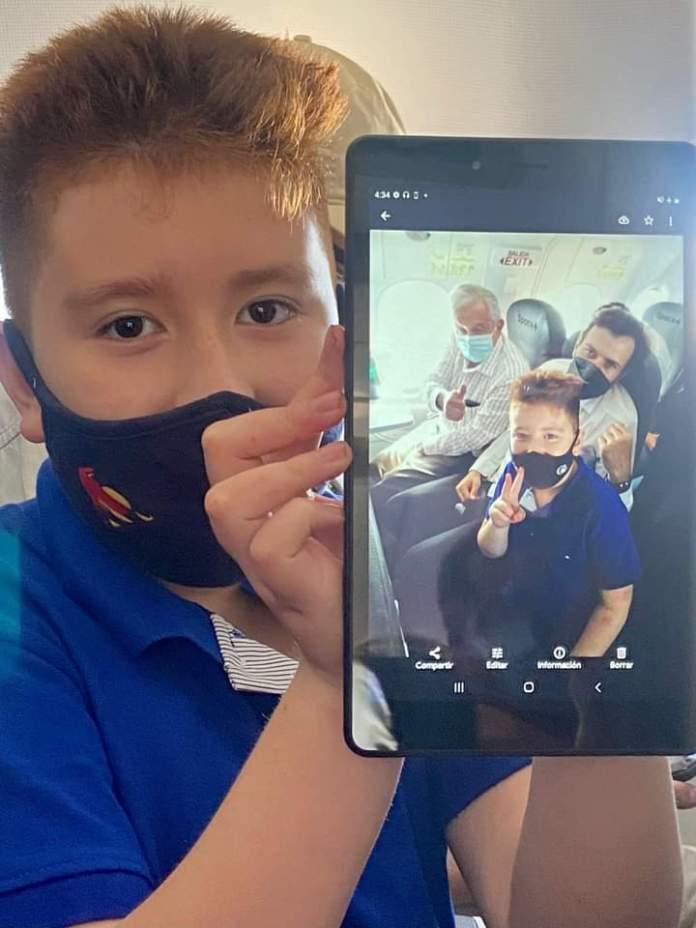 Niño de 8 años pide a López Obrador una fotografía durante vuelo
