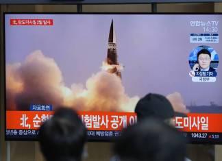 """Corea del Norte probó exitosamente """"sistema de misiles sobre raíles"""""""