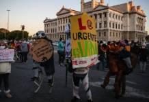 """Uruguayos protestan contra """"paquetazo neoliberal"""" del presidente Lacalle"""