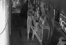 Video: Hombres roban objetos de ofrenda en CDMX