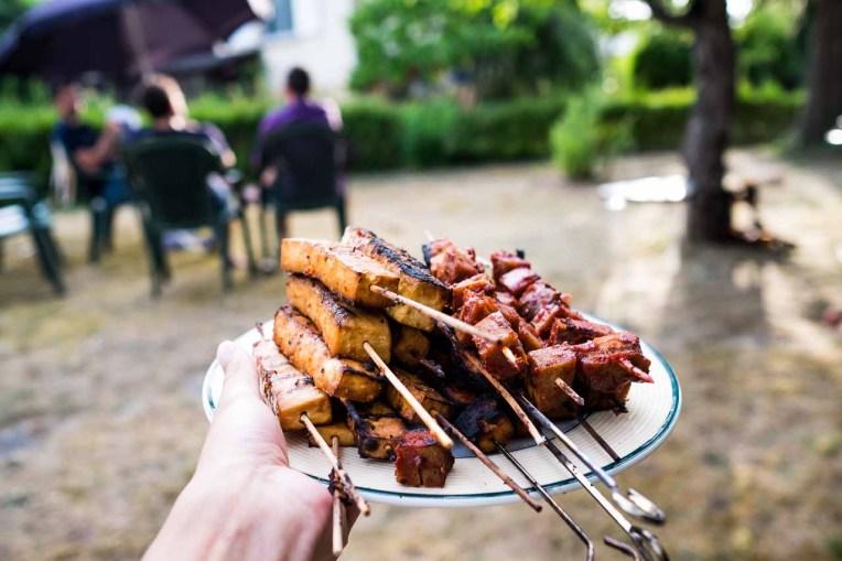 Brochettes de tofu marinés et brochettes de seitan à la sauce BBQ