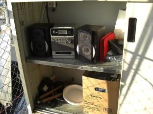 Blechschrank mit Stereoanlage