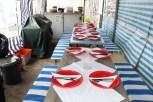 Tafel für 14 Personen mit Tellern eingedeckt