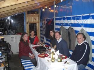 5 Personen am Tisch mit Raclette Ofen