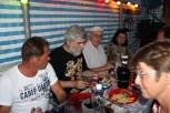6 Personen am gedeckter Tisch mit Speisen und Bier