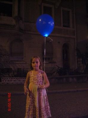 Kind am Abend mit blinkendem LED Luftballon