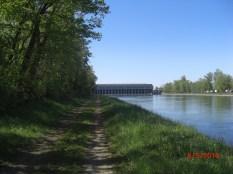Kanalweg mit Blick auf Wasserkraftwerk Kembs