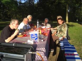17:51h Picknick am Stauwehr Märkt. Verspeisung der dritten Grillauflage