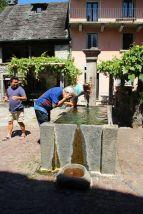 Erfrischung am Dorfbrunnen in Moghegno