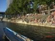 Rheinbord vor Dreirosen Buvette mit zahlreichen Badegästen - die Basler Riviera.
