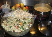 Special Nudelsalat ist fertig. Im Hintergrund Kocht der Reis für den Currysalat