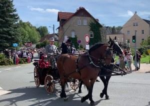 Bürgermeister Daniel Röthig winkend beim Festumzug zur 775 Jahrsfeier in Callenberg, 2019