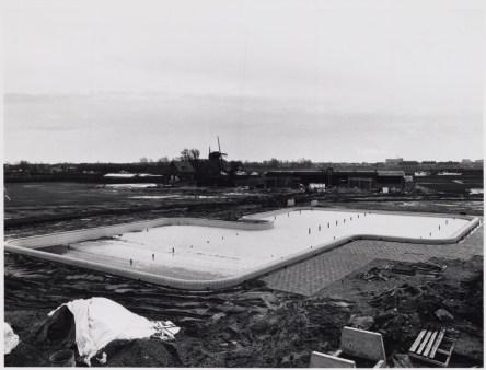 25-11-1980, het buitenbad in aanbouw. Foto: J. Elsinga. Catalogusnummer: FO 1007886. Fotolicensie: CC-BY