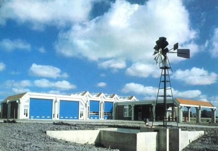 Het vervoerssteunpunt van de PEN in 1982, toen nog met eigen tankstation. De windmolen op de voorgrond regelde de waterstand van de waterlopen. Foto: PEN. CC-BY licentie.