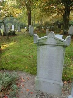De grafsteen van C.W. Bruinvis (1829-1922) en zijn vrouw. Hij was de oprichting van het Stedelijk Museum Alkmaar en het gemeentearchief van Alkmaar. Licentie CC-BY. Foto: Regionaal Archief Alkmaar
