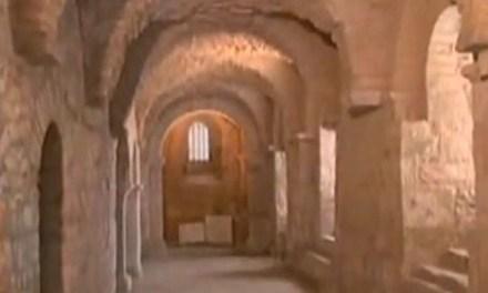 Abbaye Saint Pierre, Les cryptes carolingiennes