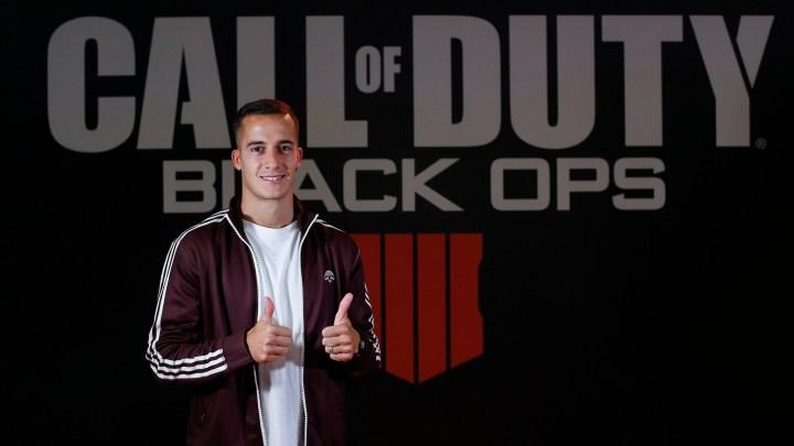 El futbolista Lucas Vázquez se divierte en Madrid Games Week 2018 con Call of Duty: Black Ops 4