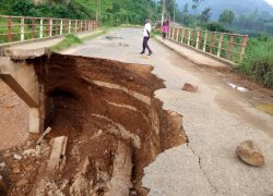 The RN10 Rugombo-Kayanza road is impassable due to the destroyed bridge.