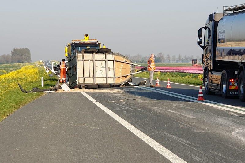 Paarden gewond na ongeluk met auto en trailer op N244