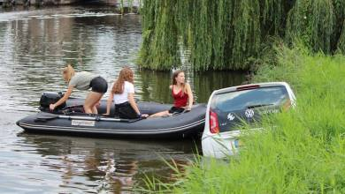 Photo of Auto van brugwachter Broek in Waterland te water
