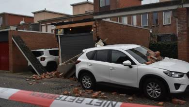 Photo of Auto rijdt garage aan diggelen in de Aztekenstraat