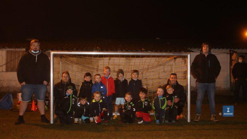 Supportersclub SC Baalcelona schenkt Tremelose voetbaljeugd materiaal