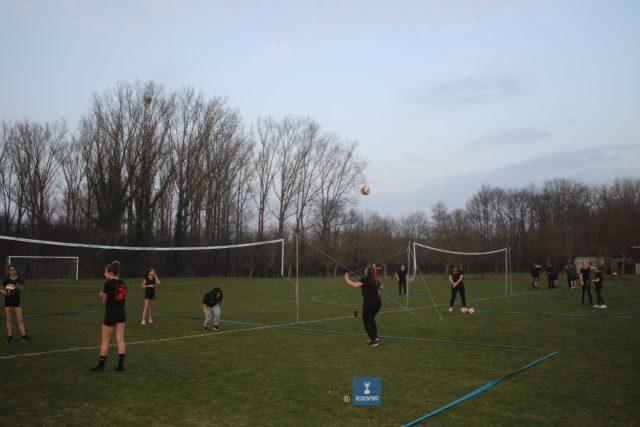 De volleyballende Feniksjeugd traint op gras in bubbels