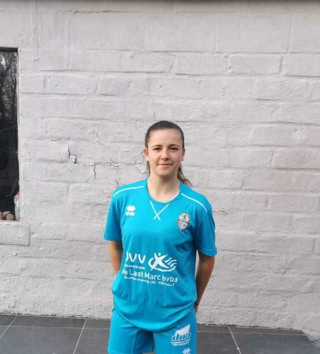 Chelsea Godier in de outfit van de FP Halle Gooik Girls
