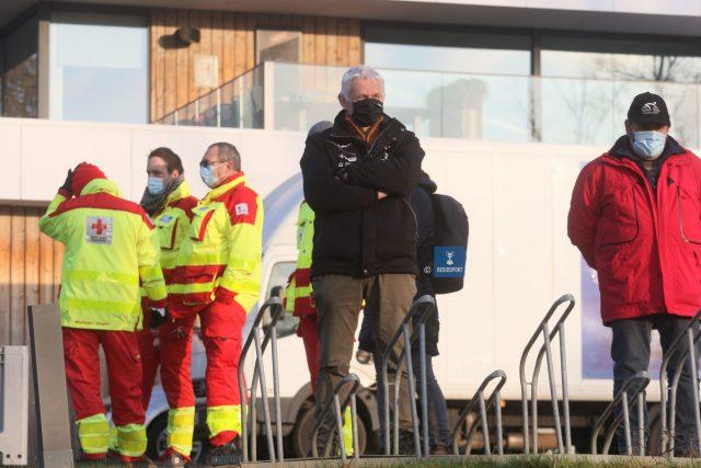 Manager Guido Verschueren kijkt vanaf de Balenberg toe hoe zijn recruten het doen