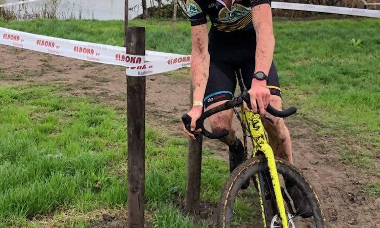 Nieuweling Seppe van den Boer wint de virtuele koers rondom de Tiegemberg