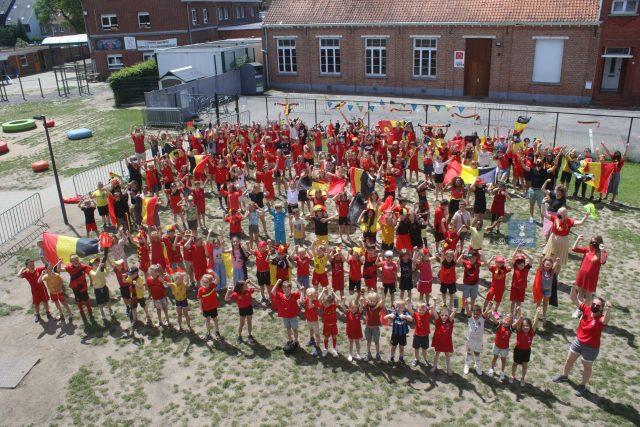 De kinderen van de lagere school VBS Tremelo juichen flink voor de Rode Duivels