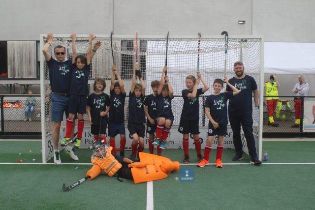 De U10 boys 3 van KHC Leuven kwamen voor de gelegenheid als de Lucky Sticks voor de dag