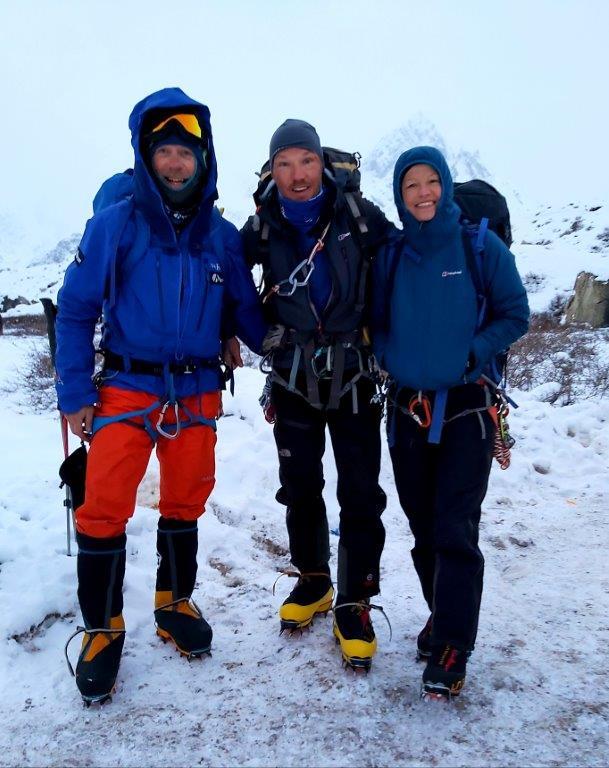 Stef en Sofie (rechts) met andere klimmer is Askole, december 2020 - actie Children of Askole - foto Sofie Lenaerts