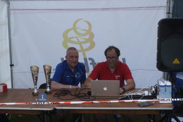 Beachkorfbalvoorzitter Lauwers (r) en bestuurslid De Roy bij KCBJ bekijken het spelschema