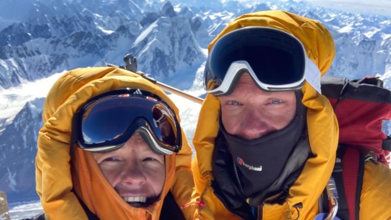 Alpinistenkoppel verzamelt op Pakistaanse klimexpeditie 7.800 euro aan schoolspullen en kledij voor …