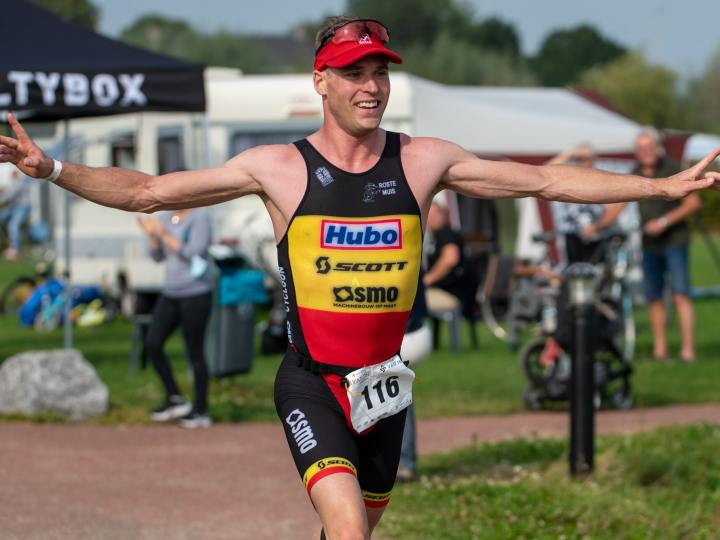 Simon De Cuyper triomfeert in de schoot van succesvol SMO-Scott Triatlon Team
